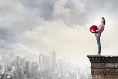 Donna con la borsa rossa Fotografia Stock Libera da Diritti