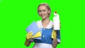 Donna con la bottiglia del pulitore della toilette e tovaglioli per pulire stock footage