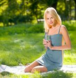 Donna con la bottiglia di acqua Fotografie Stock