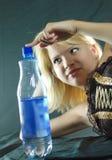 Donna con la bottiglia di acqua Fotografie Stock Libere da Diritti