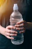 Donna con la bottiglia di acqua potabile fresca Immagine Stock