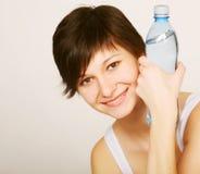 Donna con la bottiglia di acque pulite fotografia stock
