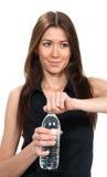 Donna con la bottiglia di ritenzione di acqua ancora bevente pura a disposizione Fotografia Stock