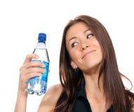 Donna con la bottiglia di ritenzione di acqua ancora bevente pura a disposizione Immagini Stock Libere da Diritti