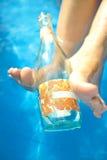 Donna con la bottiglia di vino vuota Fotografia Stock