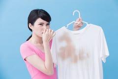Donna con la camicia sporca fotografia stock