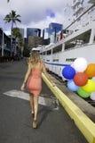 Donna con la camminata dei palloni Immagine Stock