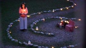 Donna con la candela Fotografia Stock