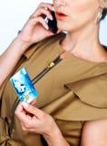 Donna con la carta di credito ed il telefono cellulare Immagini Stock