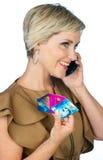 Donna con la carta di credito ed il telefono cellulare Fotografia Stock