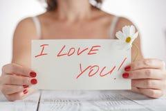 Donna con la carta ti amo su fondo bianco fotografia stock libera da diritti