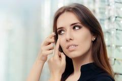 Donna con la cassa delle lenti a contatto in deposito ottico Immagini Stock