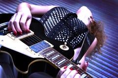 Donna con la chitarra elettrica Fotografie Stock