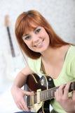 Donna con la chitarra elettrica Fotografia Stock