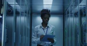 Donna con la compressa che diagnostica l'hardware del server archivi video
