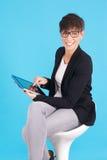 Donna con la compressa digitale fotografia stock