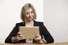 Donna con la compressa digitale Fotografia Stock Libera da Diritti