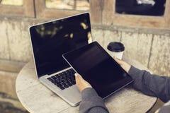 Donna con la compressa digitale ed il computer portatile all'aperto Immagine Stock Libera da Diritti