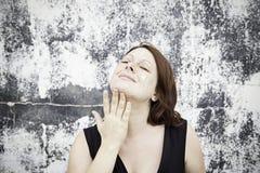 Donna con la crema di fronte Fotografia Stock Libera da Diritti