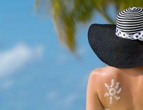 Donna con la crema sole-a forma di del sole Fotografia Stock Libera da Diritti