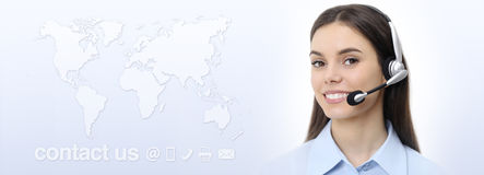 Donna con la cuffia avricolare che sorride, mappa dell'operatore di servizio di assistenza al cliente di mondo immagine stock