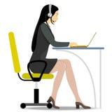 Donna con la cuffia avricolare sulla sua testa che si siede su una sedia Fotografia Stock