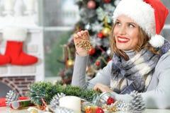 Donna con la decorazione di natale Immagine Stock
