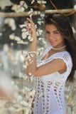 Donna con la decorazione tropicale Fotografia Stock Libera da Diritti