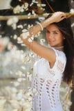 Donna con la decorazione tropicale Fotografia Stock
