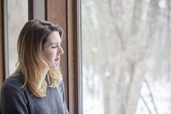 Donna con la depressione di inverno fotografie stock libere da diritti