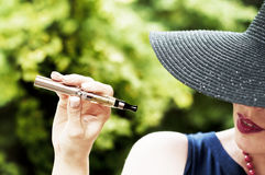Donna con la e-sigaretta Fotografia Stock Libera da Diritti