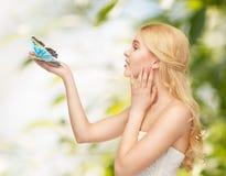 Donna con la farfalla a disposizione immagini stock libere da diritti
