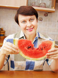 Donna con la fetta di anguria Immagine Stock Libera da Diritti