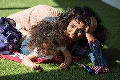 Donna con la figlia sulla bandiera americana Fotografie Stock