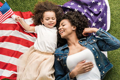 Donna con la figlia sulla bandiera americana Immagine Stock Libera da Diritti