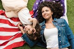Donna con la figlia sulla bandiera americana Fotografia Stock Libera da Diritti