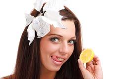 Donna con la fine del limone in su su una priorità bassa bianca fotografie stock libere da diritti