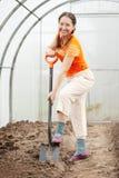 Donna con la forcella in serra Immagine Stock Libera da Diritti