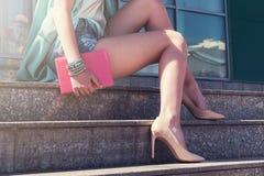 Donna con la gamba di bellezza che tiene un libro Immagine Stock Libera da Diritti