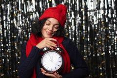 Donna con la grande sveglia che conta a fantasticare di mezzanotte fotografia stock libera da diritti