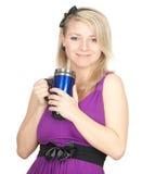 Donna con la grande tazza blu Immagine Stock