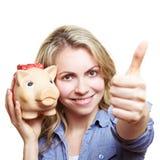 Donna con la holding della banca piggy Immagini Stock Libere da Diritti