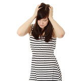 Donna con la holding di emicrania la sua mano alla testa. Immagini Stock