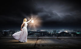 Donna con la lanterna fotografie stock libere da diritti