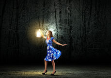 Donna con la lanterna Fotografia Stock Libera da Diritti