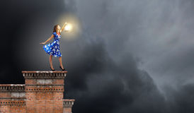 Donna con la lanterna Fotografia Stock