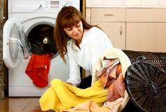 Donna con la lavanderia fotografie stock