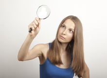 Donna con la lente d'ingrandimento Fotografie Stock