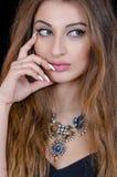 Donna con la lente di contatto oculare verde, i capelli lunghi e la grande collana Fotografie Stock Libere da Diritti