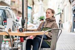 Donna con la macchina fotografica in caffè all'aperto Barcellona, Catalogna Fotografia Stock